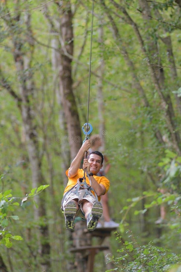 Arywisty mężczyzna w przygoda parku zdjęcie royalty free