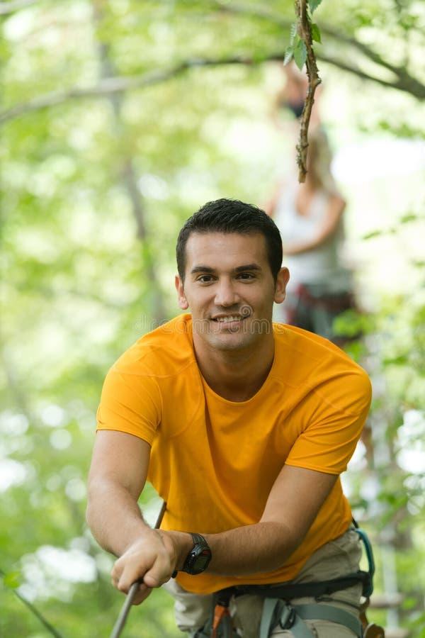 Arywisty mężczyzna w przygoda parku zdjęcie stock