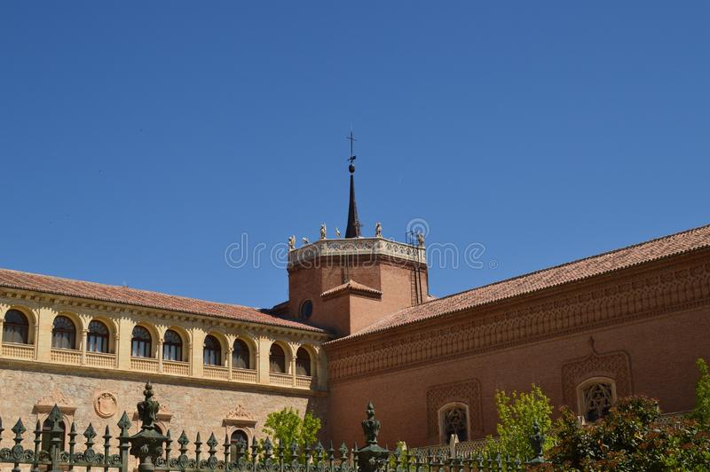 Arzobispo Building Of Alcala De Henares Front Facade Historia del viaje de la arquitectura fotografía de archivo