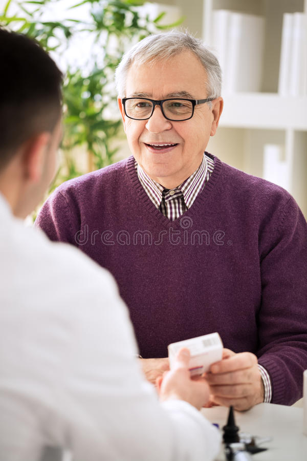 Arzt, der älteren Patienten konsultiert lizenzfreie stockfotos