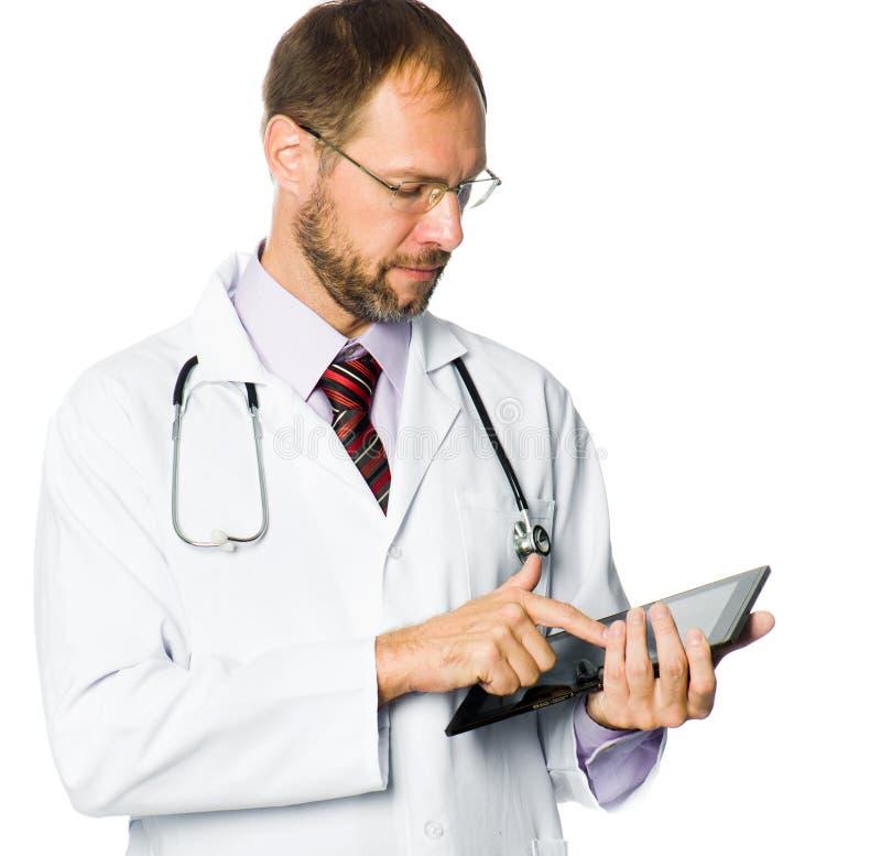 Arzt, der einen Tablette-PC anhält stockfoto