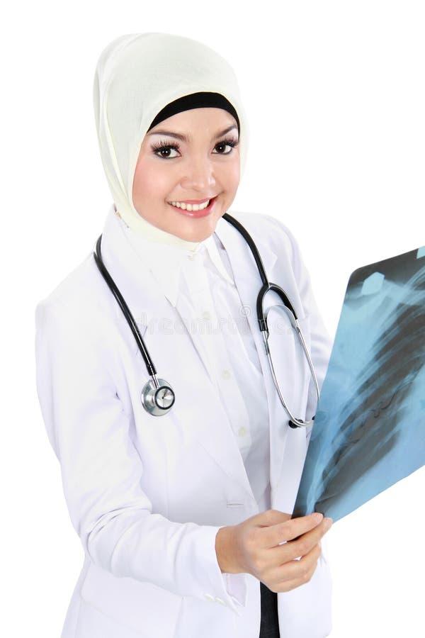 Arzt, der Röntgenstrahl hält stockfotos