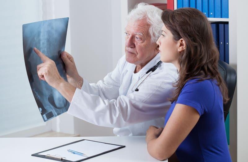 Arzt, der seinem Patienten rtg zeigt stockfotos