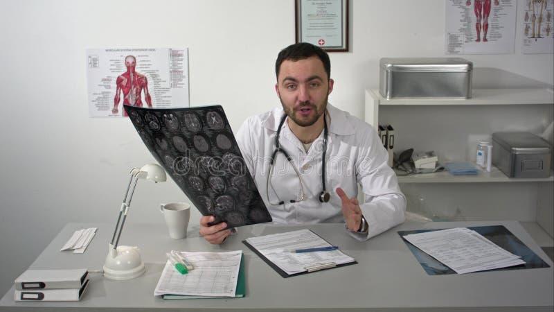 Arzt kommentiert positiv Patientengehirn mri zum caamera stockbilder