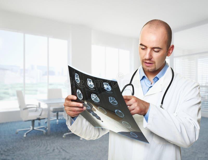 Arzt mit Röntgenstrahl lizenzfreies stockbild