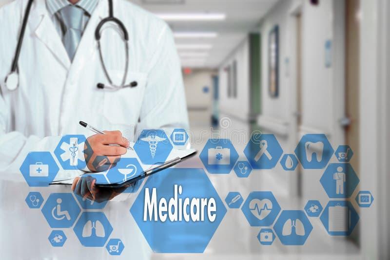 Arzt mit Stethoskop und Medicare-Ikone im medizinischen Netz stockbild