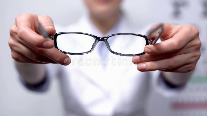 Arzt schlägt eine Brille für Personen mit refokussiertem Sehvermögen vor, eine Verbesserung des Sehvermögens stockbild