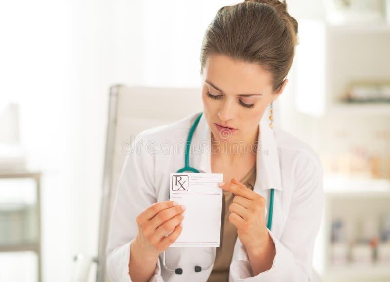 Arztfrau, die auf Verordnung zeigt stockbilder