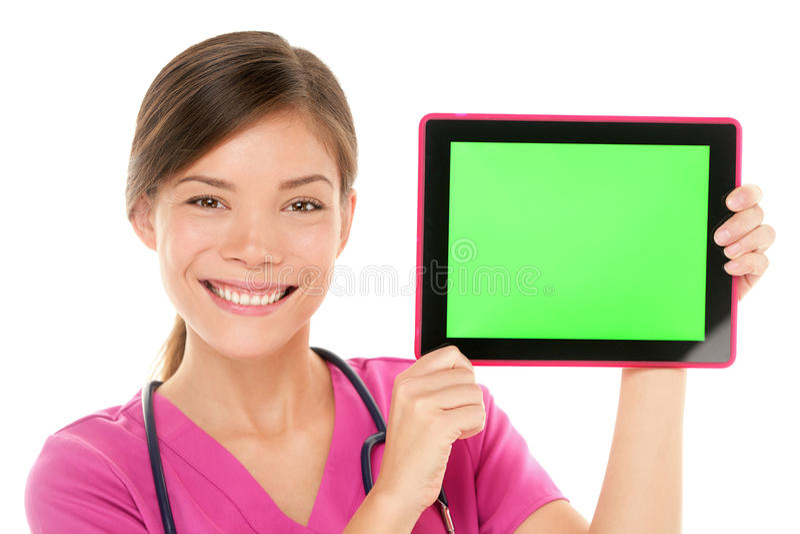 Arzthelferindoktor, der Tabletten-PC-Bildschirm zeigt stockfotografie
