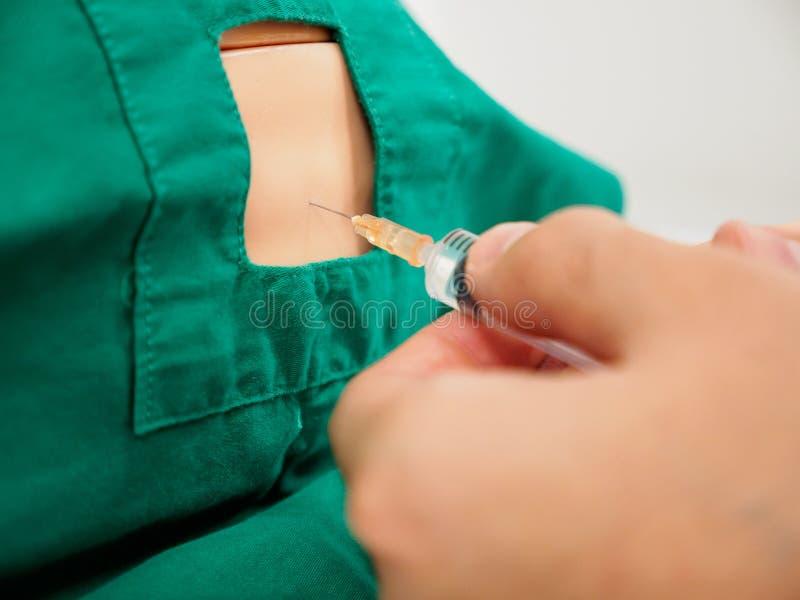 Arztpraxislumbalpunktion auf dem blinden Modell, steril drapiert stockfotos