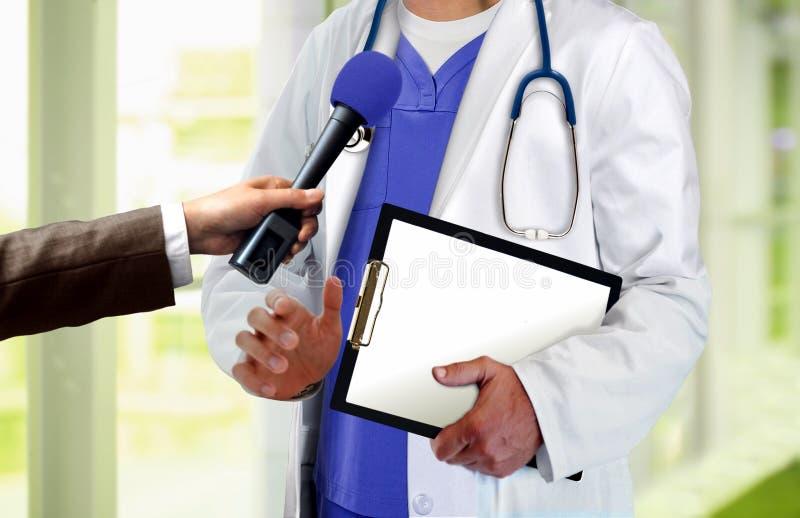 Arztpresseinterview lizenzfreie stockbilder