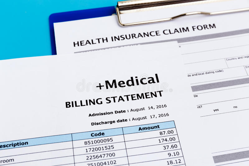 Arztrechnung und KrankenversicherungsAntragsformular stockbild