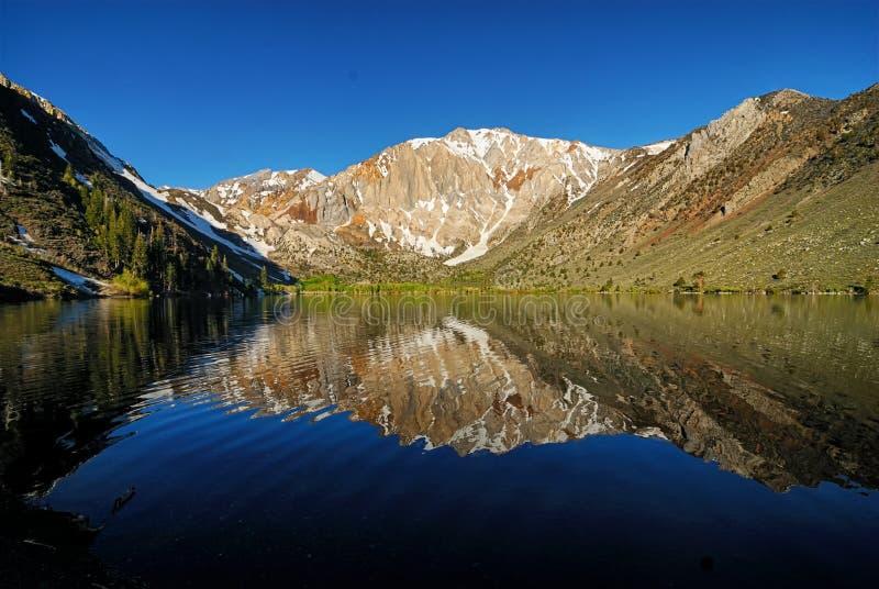 As águas reflexivas e as montanhas circunvizinhas do lago convict perto do Mammoth foto de stock royalty free