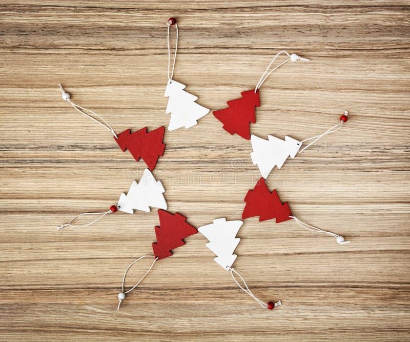 As árvores de Natal decorativas vermelhas e brancas no círculo dão forma imagens de stock royalty free