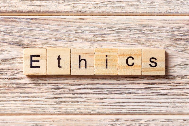 As éticas exprimem escrito no bloco de madeira Texto na tabela, conceito das éticas imagem de stock