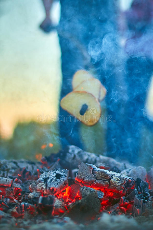 As últimas faíscas do fogo da noite imagens de stock