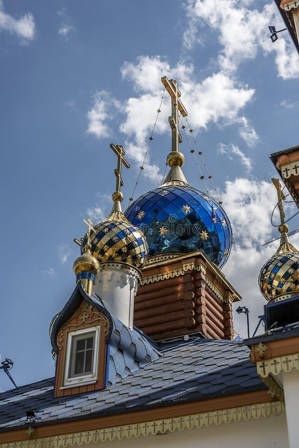 As abóbadas do templo na exploração agrícola de Starozolotovsky fotografia de stock