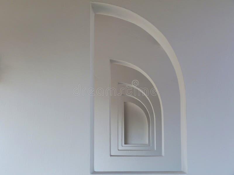 As aberturas semi arqueadas da janela no estuque terminaram as paredes brancas na perspectiva de diminuição imagens de stock