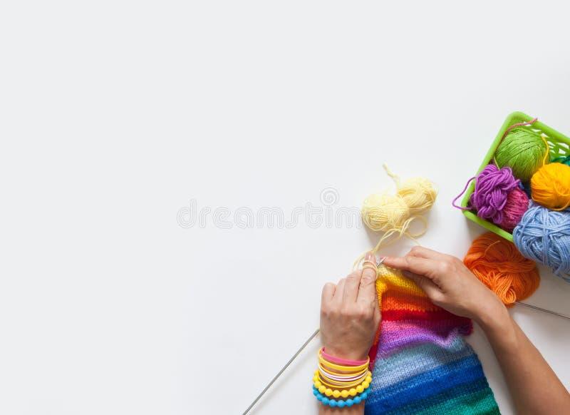 As agulhas de confecção de malhas da mulher coloriram a tela Vista de acima Vagabundos brancos imagens de stock