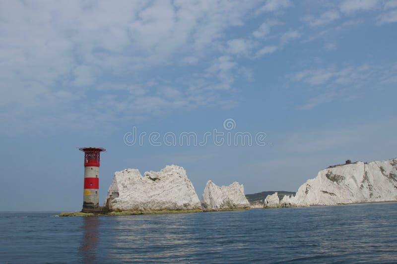 As agulhas, ilha do Wight - rochas e farol: penhascos de giz fora da costa sul de Inglaterra foto de stock