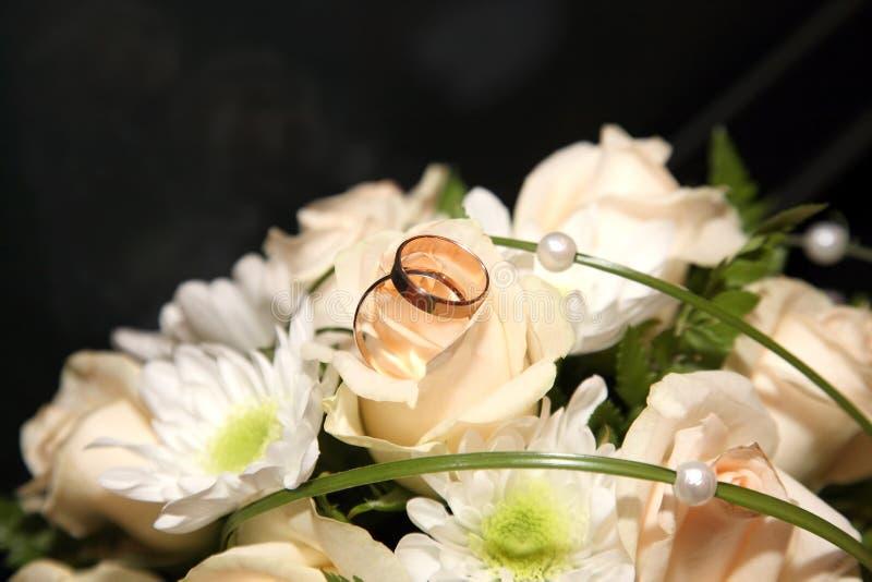 Download As Alianças De Casamento Encontram-se Em Um Ramalhete Da Noiva Imagem de Stock - Imagem de elegance, celebration: 65580073