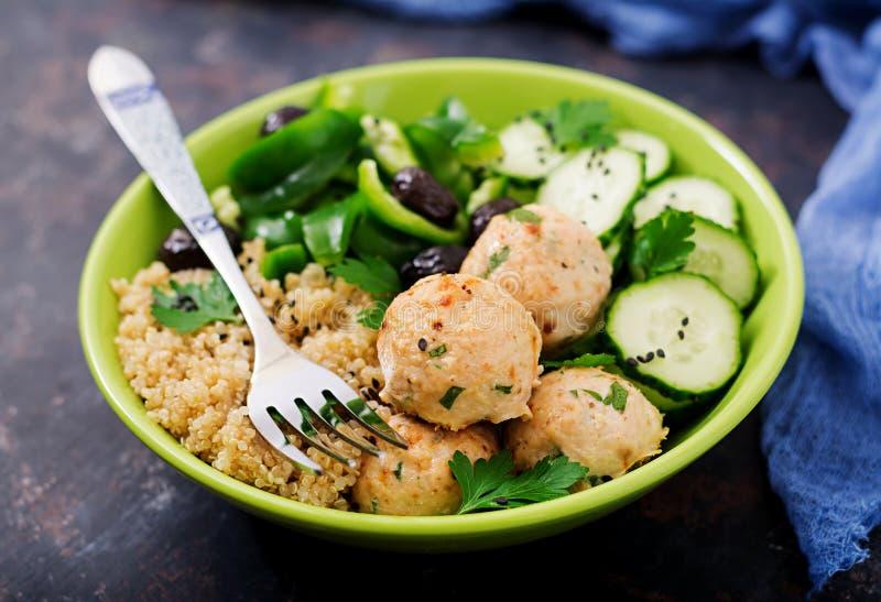 As almôndegas cozidas da faixa do peru com decoram do quinoa e da salada dos legumes frescos imagens de stock royalty free