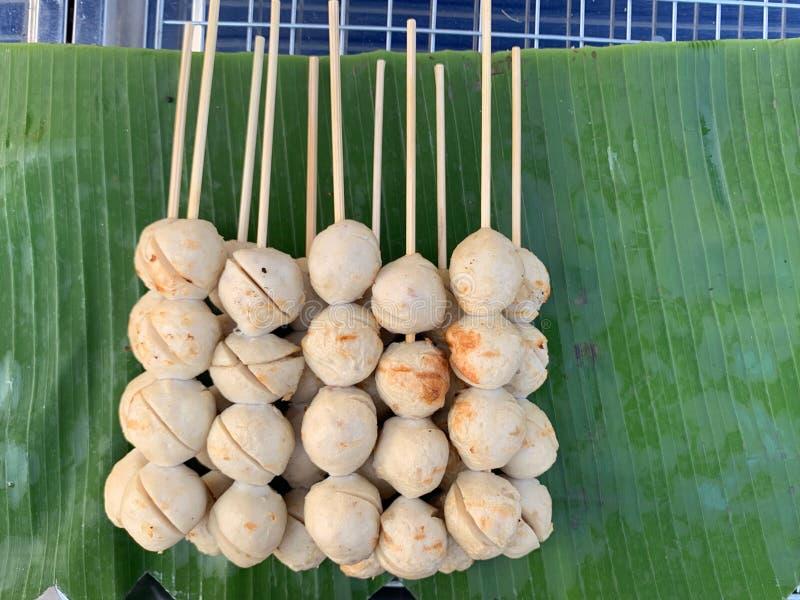 As almôndegas da bola, espetos, puseram sobre as folhas da banana, bolas verdes da carne de porco foto de stock royalty free