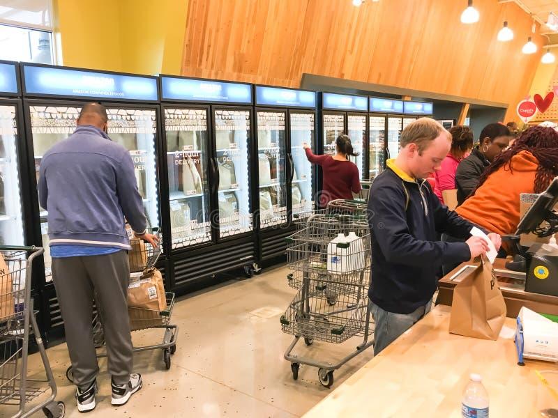 As Amazonas livram, entrega de duas horas de Whole Foods para aprontar membros fotografia de stock royalty free
