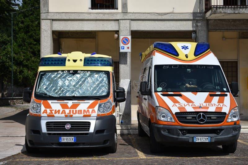 As ambulâncias do ALS estacionaram na praça da cidade em Sona imagem de stock