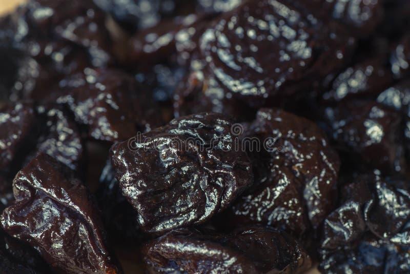 As ameixas secas secaram as ameixas macro imagens de stock