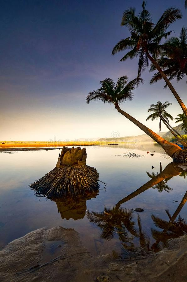 As areias e o laguna brancos com uma palmeira e o barco fotos de stock royalty free