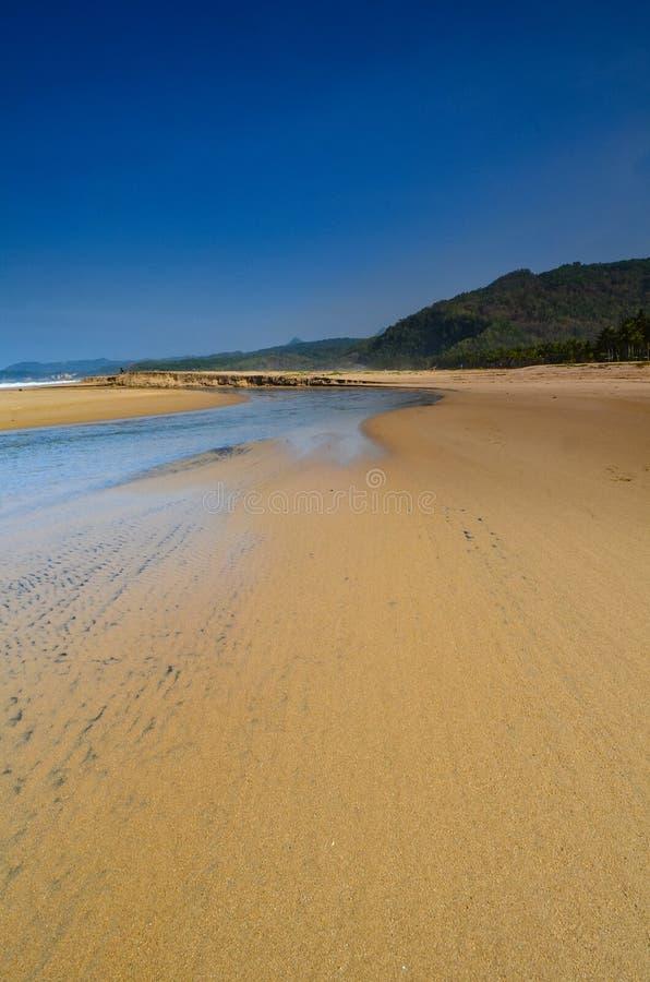 As areias e o laguna brancos com uma palmeira e o barco foto de stock