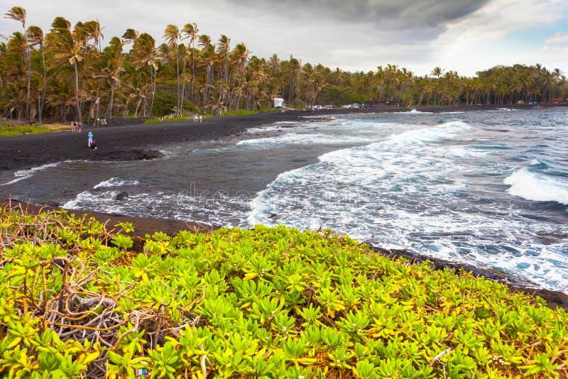 As areias pretas encalham a areia vulcânica da ilha grande de Havaí imagem de stock