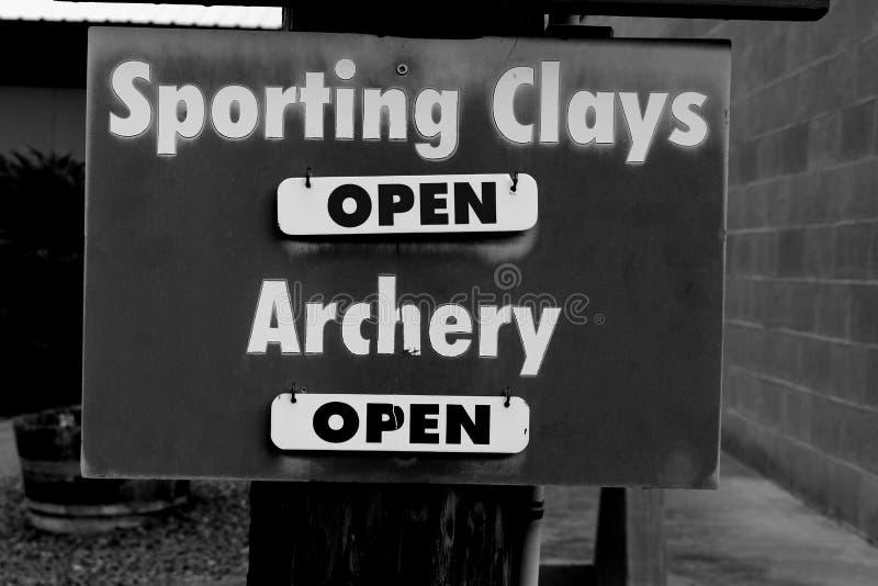 As argilas e os campos ostentando do tiro ao arco estão abertos foto de stock royalty free