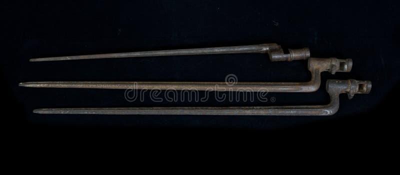 As armas históricas velhas, baioneta velha em um rifle fotos de stock