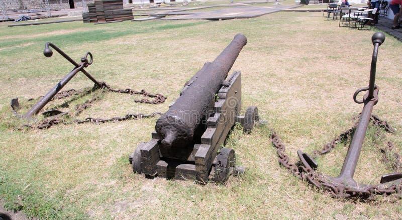 As armas velhas do ferro e algumas âncoras no assoalho do forte de Santa Catarina fazem Cabedelo na cidade de Joao Pessoa Objetos fotografia de stock