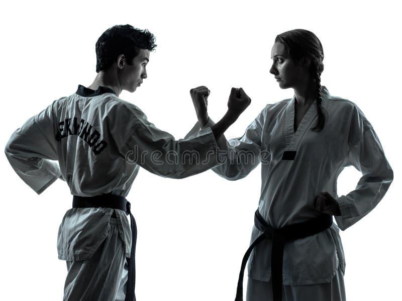 As artes marciais de taekwondo do karaté equipam a silhueta da mulher fotos de stock