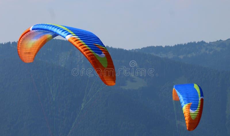 As asas de dois paragliders foto de stock royalty free