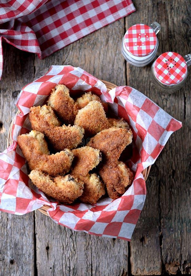 As asas de galinha fritaram na cobertura com pão ralado com molho de tomate, fast food imagens de stock