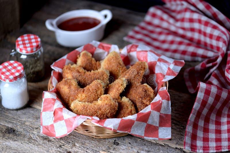 As asas de galinha fritaram na cobertura com pão ralado com molho de tomate, fast food fotos de stock