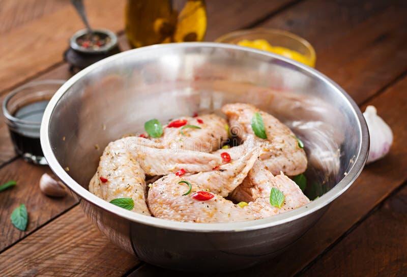 As asas de galinha postas de conserva cruas prepararam-se no estilo asiático com mel, alho, molho de soja fotografia de stock royalty free