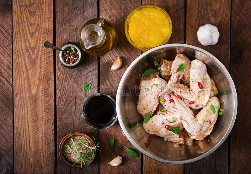 As asas de galinha postas de conserva cruas prepararam-se no estilo asiático com mel, alho, molho de soja e ervas fotos de stock royalty free