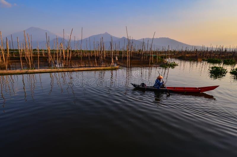 As atividades dos pescadores na borda do lago imagens de stock