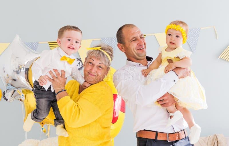 As avós com netos comemoram o aniversário Foto horizontal foto de stock