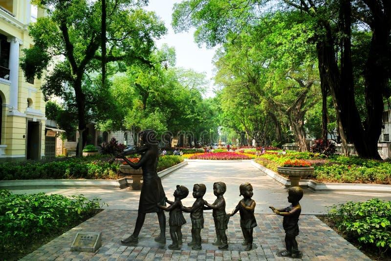 As avenidas da estátua & do pedestre em Shamian foto de stock