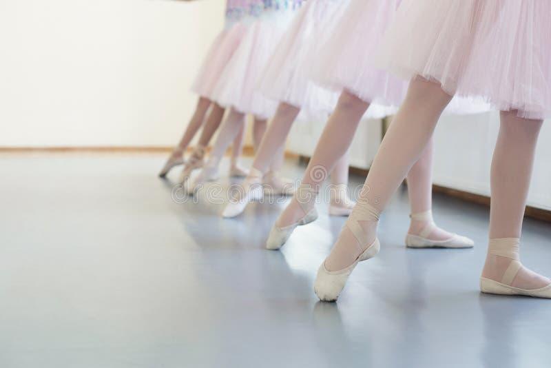 As bailarinas no pointe calçam o esticão dos pés antes das lições de dança imagens de stock royalty free