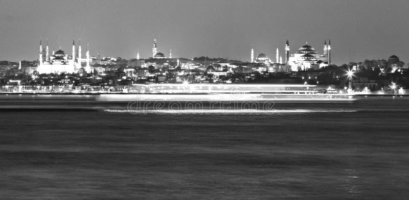 As balsas competem através de Istambul na noite - Istambul - Turquia fotos de stock