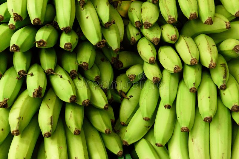 As bananas verdes colhidas frescas no fazendeiros produzem o mercado em Colômbia foto de stock royalty free
