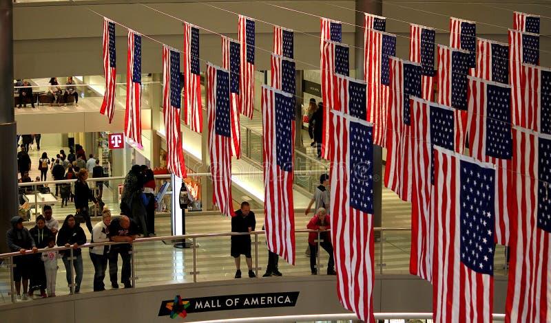 As bandeiras americanas indicaram na alameda de América em Bloomington, Minnesota fotografia de stock