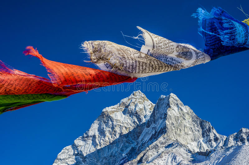 As bandeiras da oração nos Himalayas com Ama Dablam repicam no backgr fotos de stock
